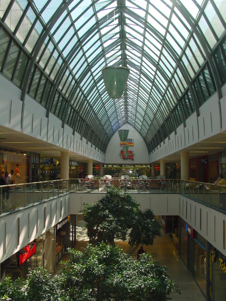 Verkaufsstätte mit Ladenstraße. Die Ladenstraße ist Rettungsweg und erstreckt sich über mehrere Geschosse. Die erforderlichen Rauchabzüge für einen sicheren Rettungsweg sind im First des Glasdaches erkennbar.